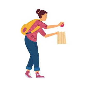 Linda mujer joven con paquete eligiendo frutas o verduras en el supermercado