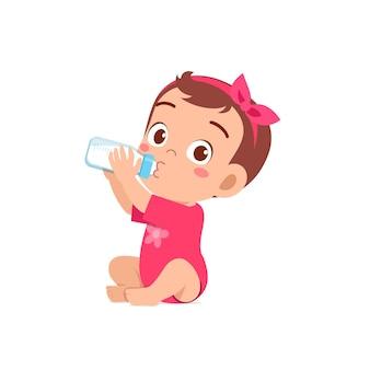 Linda niña bebe leche de botella