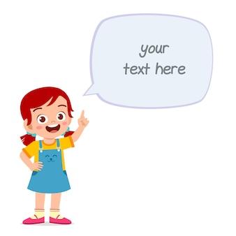 Linda niña inteligente habla con chat de globo