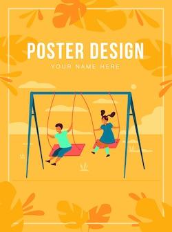 Linda niña y niño balanceándose y disfrutando de vacaciones ilustración plana aislada. amigos felices de dibujos animados jugando en el patio de recreo. concepto de campamento y fin de semana en la naturaleza.