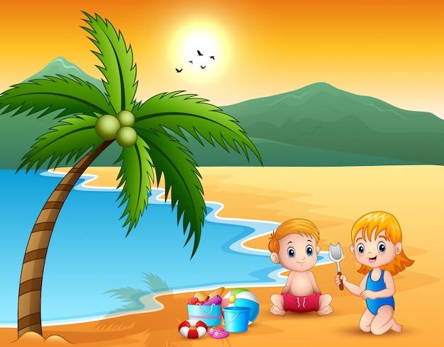 Linda niña y niño jugando con arena en la playa