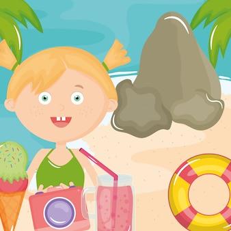 Linda niña con traje de baño y cámara en la playa
