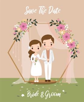 Linda novia y el novio bajo el arco hexagonal para la tarjeta de invitaciones de boda