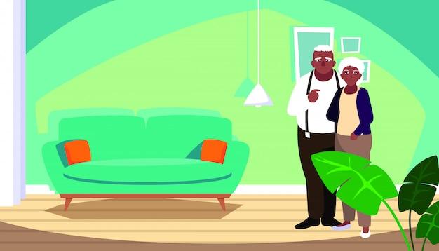 Linda pareja de ancianos afro en casa dentro