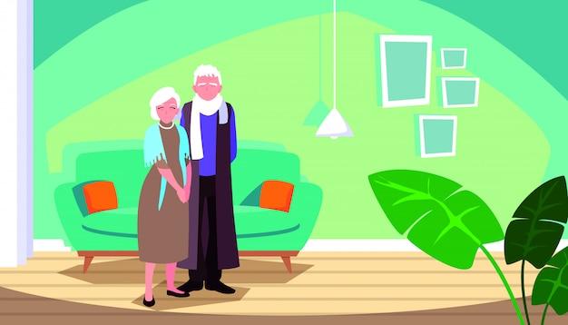Linda pareja de ancianos en casa dentro de la escena