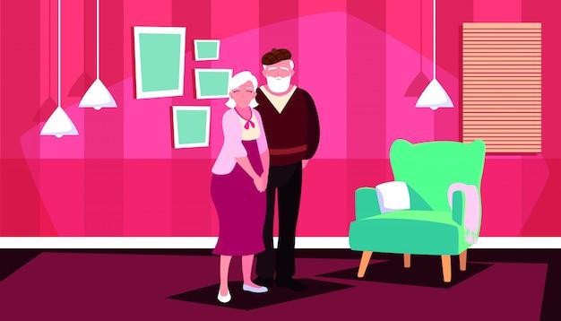 Linda pareja de ancianos en casa dentro