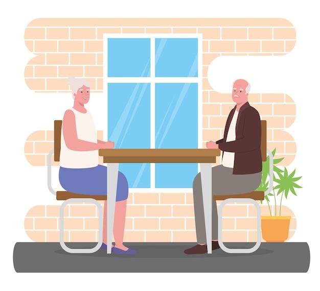 Linda pareja de ancianos en el comedor