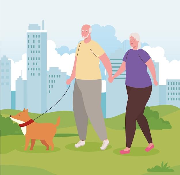 Linda pareja de ancianos paseando al perro al aire libre