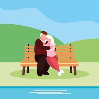 Linda pareja de ancianos sentados en la silla del parque