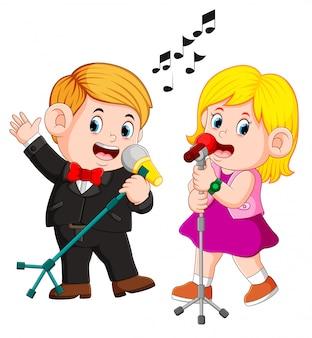 Linda pareja divertida cantando emocionalmente canciones