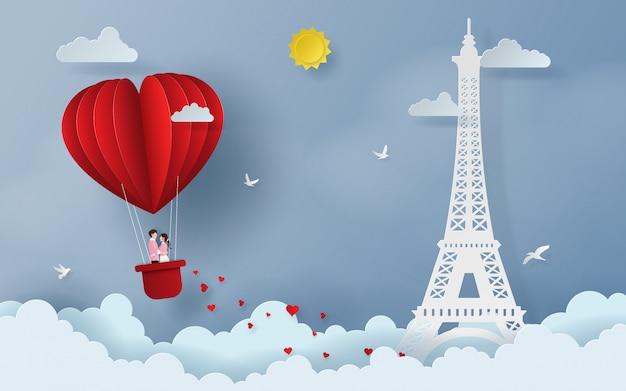 Linda pareja en globo rojo en forma de corazón en el cielo