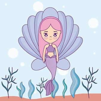 Linda sirena con concha en el mar
