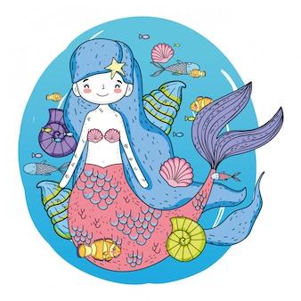 Linda sirena bajo el mar con algas