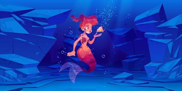 Linda sirena con peces pequeños bajo el agua en el mar