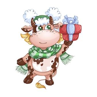 Una linda ternera con un sombrero de invierno y una bufanda a rayas lleva una caja de regalo con un lazo.