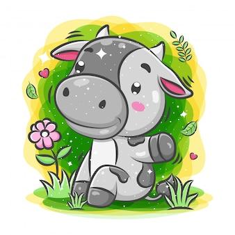 Linda vaca jugando alrededor del jardín