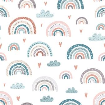 Lindo arco iris y corazones de patrones sin fisuras.