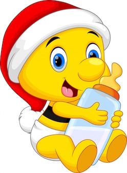 Lindo bebé abeja con una botella de leche