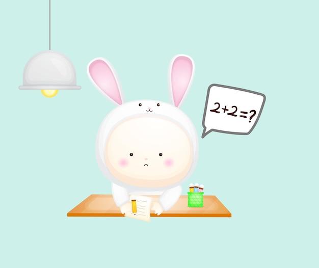 Lindo bebé en aprendizaje de traje de conejito. ilustración de dibujos animados vector premium