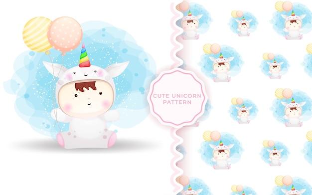 Lindo bebé doodle en traje de unicornio y patrones sin fisuras