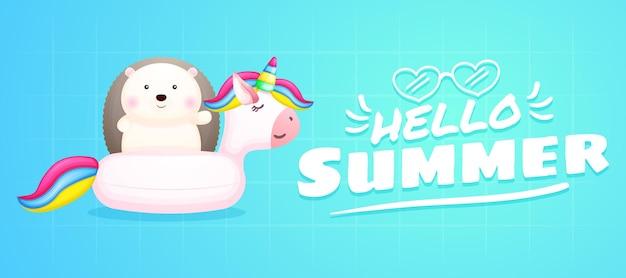 Lindo bebé erizo en boya unicornio con pancarta de saludo de verano