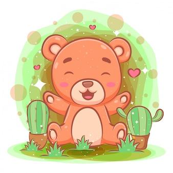 Lindo bebé oso jugando en el jardín