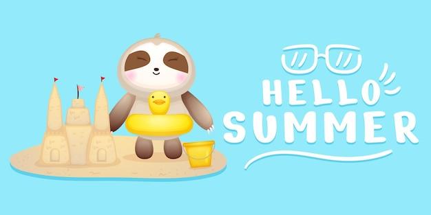 Lindo bebé perezoso hacer castillo de arena con saludo de verano