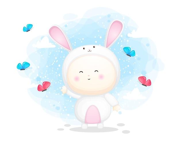 Lindo bebé en traje de conejito sosteniendo jugando con mariposa. ilustración de dibujos animados vector premium