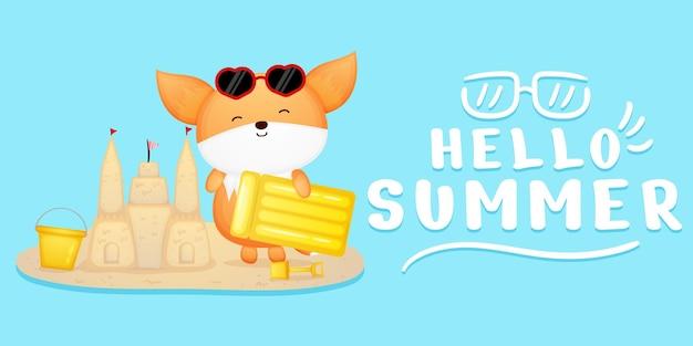 Lindo bebé zorro hacer castillo de arena con saludo de verano