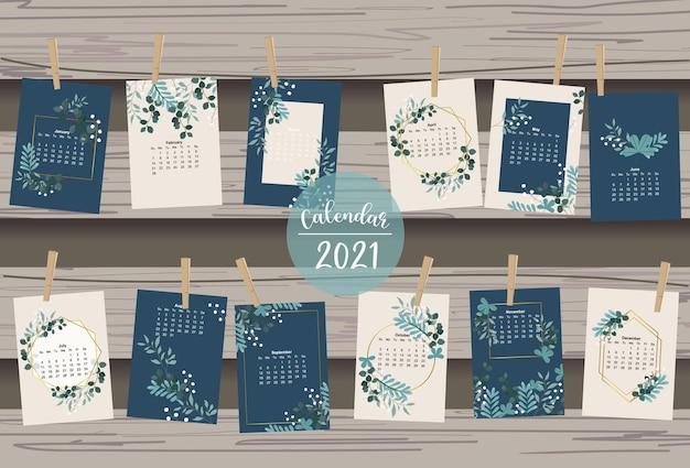 Lindo calendario con hojas, flores, naturales.