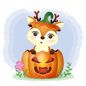 Un lindo ciervo en la calabaza de halloween.