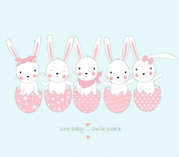 El lindo conejo bebé con huevo.