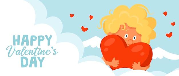 Un lindo cupido divertido tiene un gran corazón en sus manos.