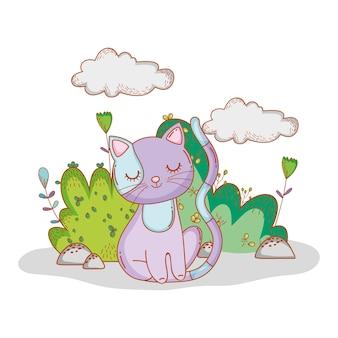 Lindo gato con hojas de arbustos y flores.