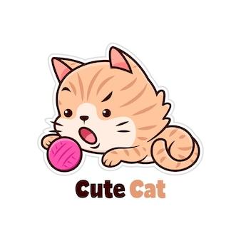 Lindo gato marrón jugando con hilo de bolas rosa