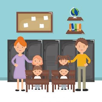Lindo grupo de pequeños alumnos y profesores en el aula.