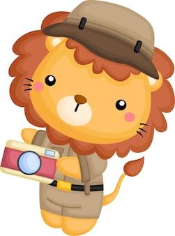 Un lindo león disfrazado de guardabosques de safari