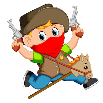 Lindo niño corriendo con un caballo en un palo y dos pistolas de juguete