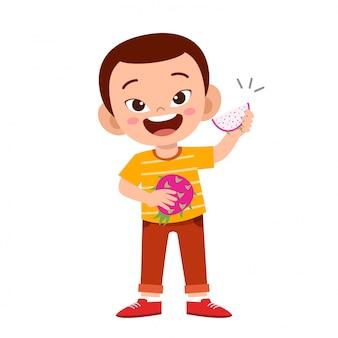Lindo niño feliz comiendo fruta de la pasión