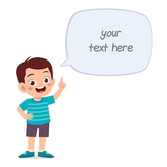 Lindo niño inteligente habla con chat de globo