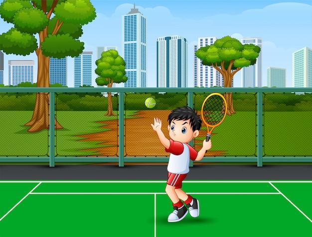 Un lindo niño jugando tenis