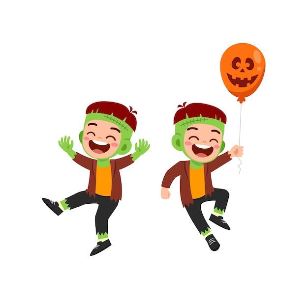 Lindo niño y niña celebran halloween con un amigo