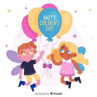 Lindo niño y niña jugando con globos