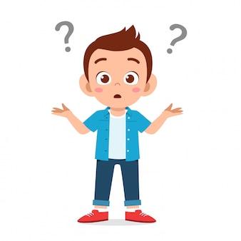 Lindo niño niño confundido con signo de interrogación