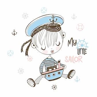 Lindo niño pequeño marinero en tapa con barco de juguete.