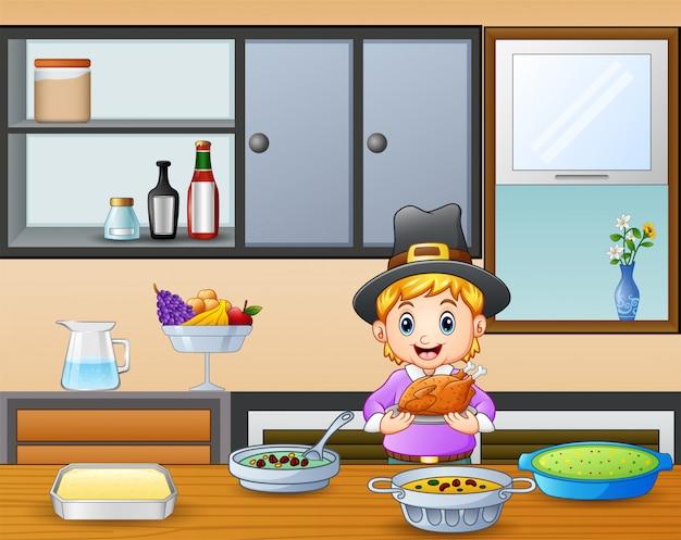 Lindo niño sosteniendo un asado en la mesa del comedor