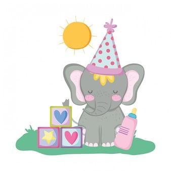 Lindo y pequeño elefante con sombrero de fiesta.