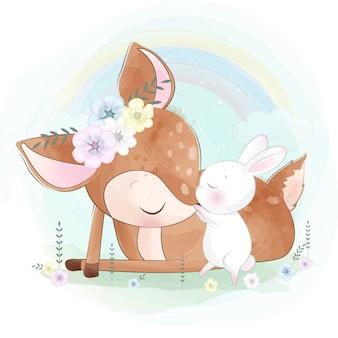 Lindo pequeño querido jugando con conejito