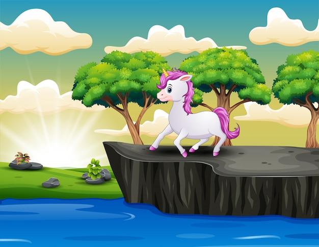 Lindo pequeño unicornio en el acantilado