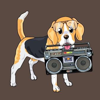 Lindo perro mordiendo un boombox